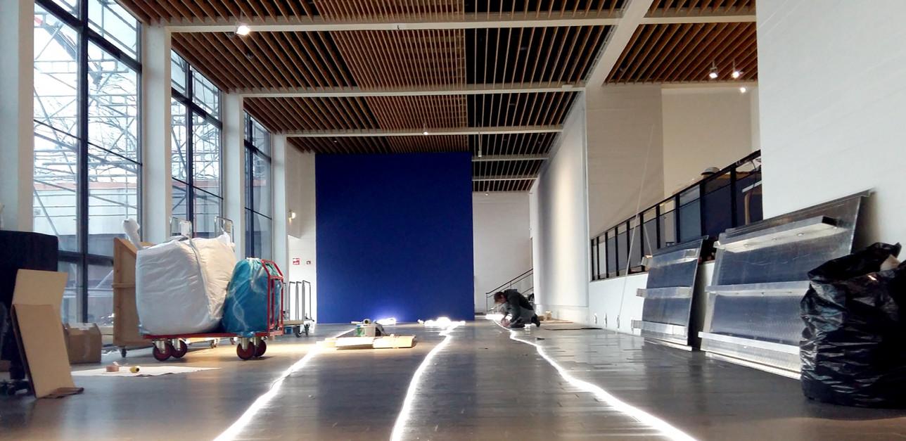 Lines -ulkoteoksen valokaapelin valmistelu sisätiloissa ennen lopullista asentamista ulkona pakkasessa.