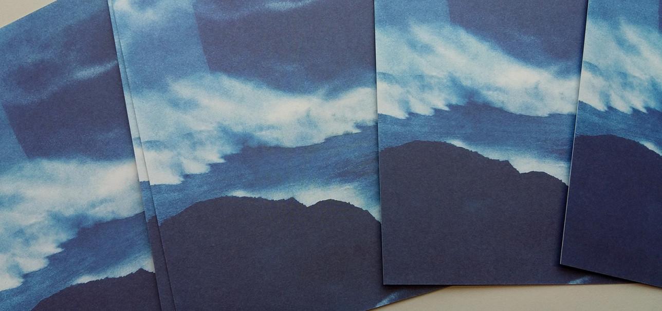 Näyttelyn postikortit saapuivat museolle. Kortissa on yksityiskohta Anna Niskanen Hydrotrope -teoksesta. Kaupungilla voi nähdä vilahtelemassa myös bussin, jossa komeilee Niskasen kuohuva ranta.