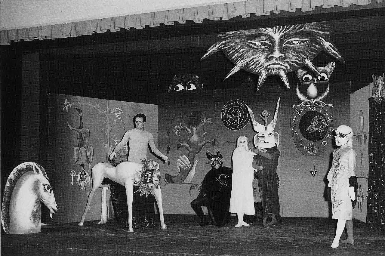 Valokuva Carringtonin proto-feministisestä näytelmästä Penelope (1946) Alejandro Jodorowskyn vuonna 1957 Mexico Cityssä lavastamana. Kuva: Leonora Carrington's Estate.