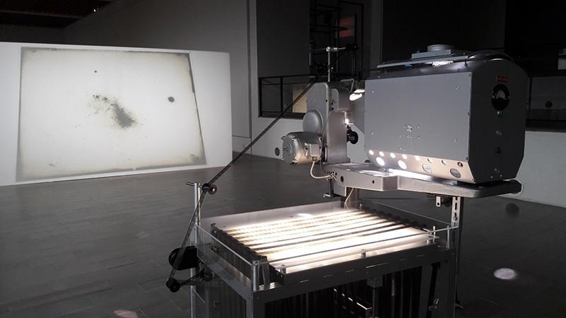 Vanha filmiprojektori heijastaa kuvaa kankaalle. Rosa Barban taideteos Drawn by the Pulse vuodelta 2018.