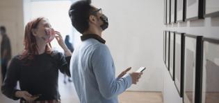 Kaksi nuorta maskit kasvoilla museovierailulla