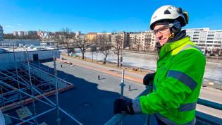 Rakennustoimisto Laamon vastaava työnjohtaja Mikko Riski esittelee vesikaton korjaustöiden edistymistä.