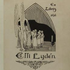 Kolme exlibristä. Ensimmäisessä vihreäsävyisessä puupiirroksessa enkelit syleilevät. Seuraavaksi mustavalkoinen piirros enkelistä ja tyttöjoukosta flyygelin ääressä. Viimeisenä oikeustiedettä kuvaavassa exlibriksessä pöllö, sulkakynä ja lakikirja.