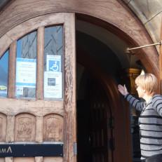Vimman toiminnanjohtaja Miia Sankari pitää Vimman pääovea avoinna.