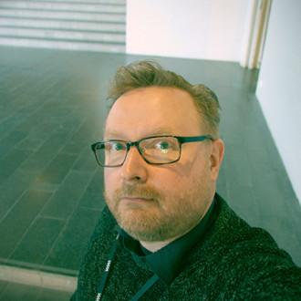 Näyttelykuraattori, tutkija Jonni Saloluoma WAMissa.