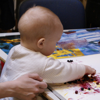 vauva maalaamassa soseväreillä