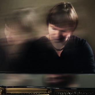 Pianisti soittamassa flyygeliä